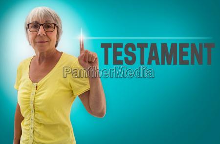 testament touchscreen wird von seniorin gezeigt