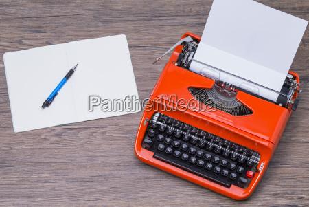 notizblock und schreibmaschine