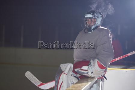 eishockeyspieler auf bank