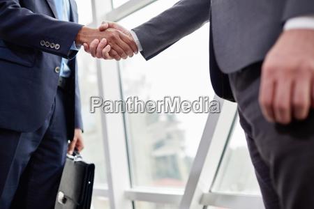 handshake von geschaeftspartnern