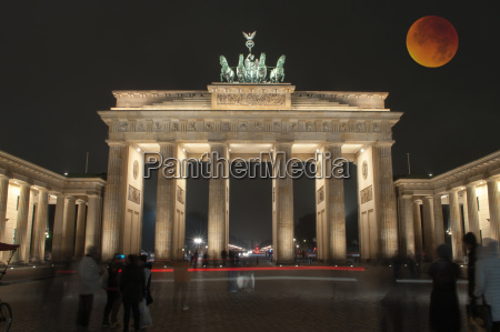 brandenburger tor mit blutmond berlin deutschland