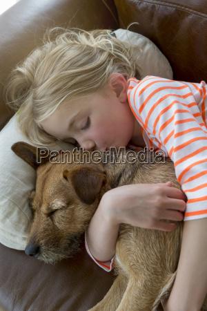 junges maedchen und ihr hund kuscheln