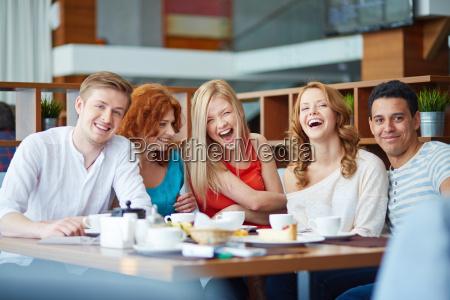lachen im cafe