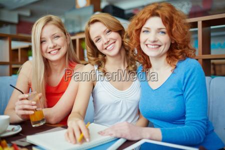 huebsche studenten im cafe