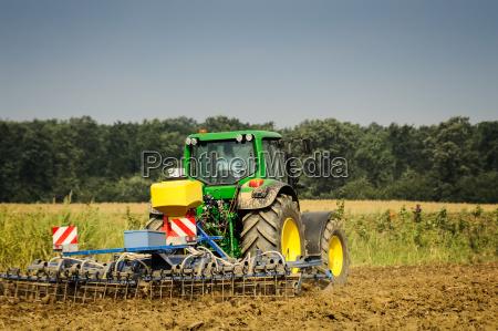landwirt mit traktor bei der arbeit