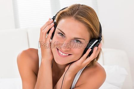 frau hoert musik mit kopfhoerer