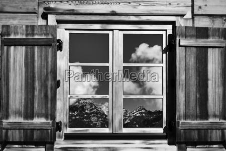 huettenfenster mit bergblick schwarz weiss