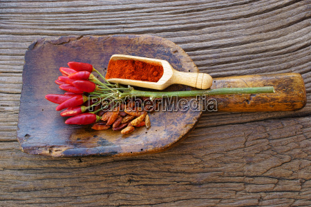 chilischoten and chilipulver on large spice