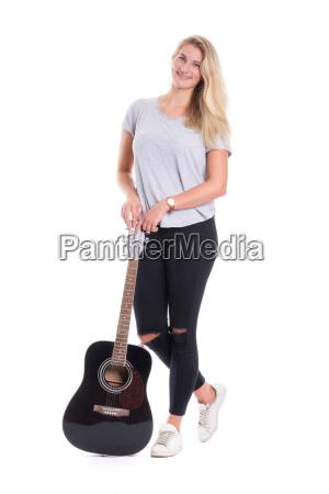 junges blondes maedchen steht vor einer