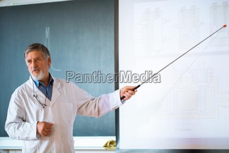 leitender chemieprofessor haelt einen vortrag vor