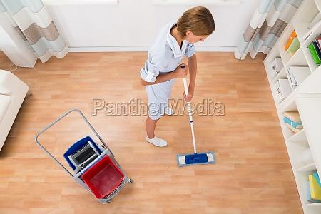 weibliche reiniger reinigung mit mop