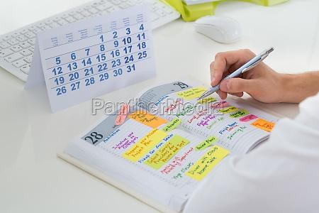 geschaeftsmann mit kalender und tagebuch