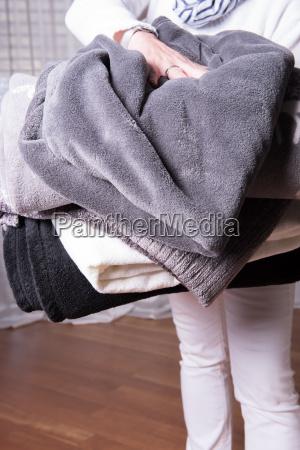 weibliche helfer begruesst fluechtlinge mit warmen