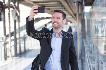 junge attraktive geschaeftsmann einige selfies einnahme