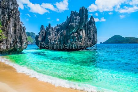 tropischer strand und berg inseln