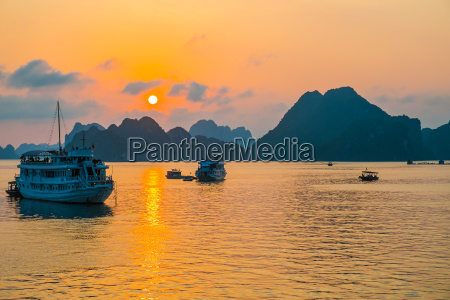 goldener sonnenuntergang in halong bay