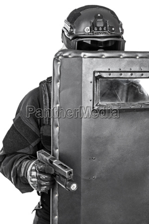swat offizier mit ballistischen schild