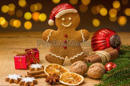 lebkuchennikolaus mit weihnachtsdeko