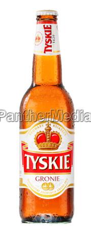 eine flasche tyskie bier isoliert auf