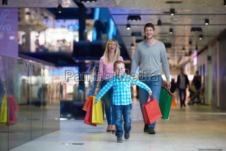 junge familie mit einkaufstaschen