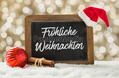 tafel mit weihnachtsdekoration im schnee