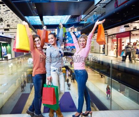 glueckliche junge maedchen im einkaufszentrum