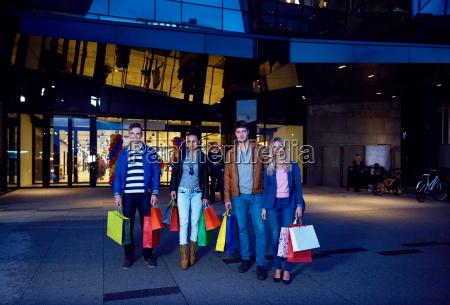 gruppe freunde die das einkaufen geniessen