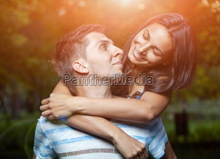 glueckliches paar im park umarmen