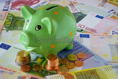 sparschwein euro geldscheine und muenzen zum
