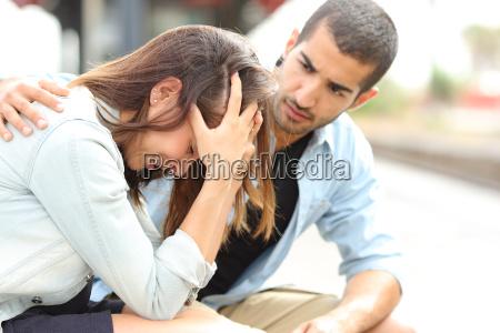 muslimischen mann beruhigend eine traurige maedchen