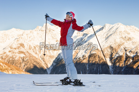 frau skifahren in soelden oetztaler alpen