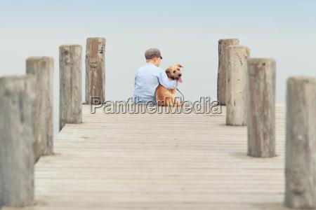 kleiner junge mit seinem hund