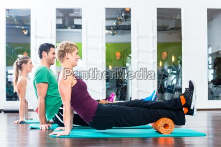 junge und alte leute beim gymnastik