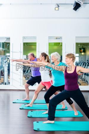 junge und alte leute beim bauchmuskel