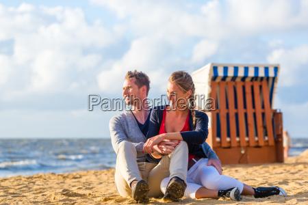 paar, bei, romantischen, sonnenuntergang, am, strand - 15149557