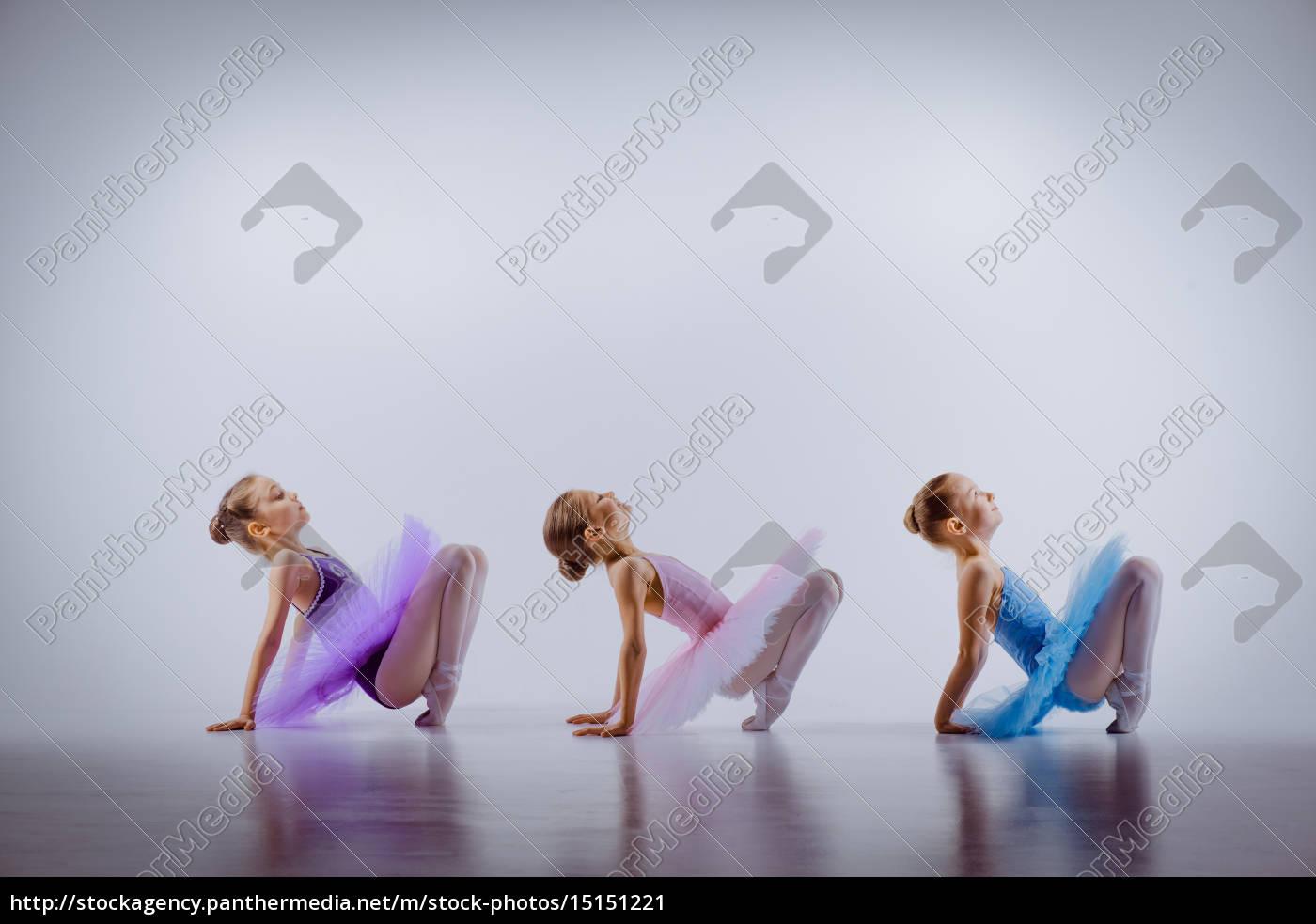 drei, kleine, mädchen, in, ballettröckchen, sitzen - 15151221