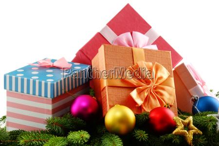 bunte geschenkkartons und weihnachtsbaum isoliert auf