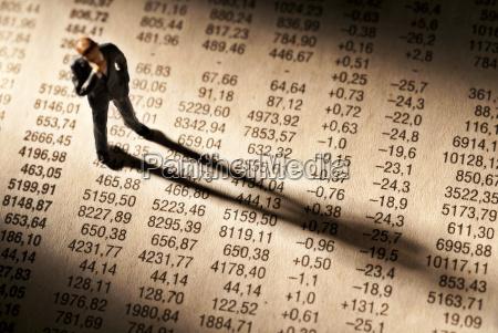 broker staht auf einer tabelle mit