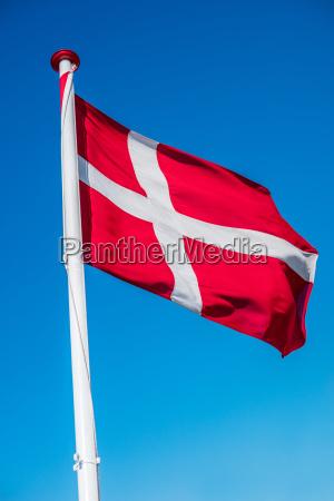 daenische flagge an einem fahnenmast