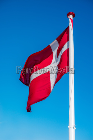 daenemark flagge auf einem pol