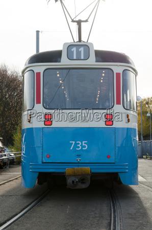 ein blaues strassenbahnauto in schweden