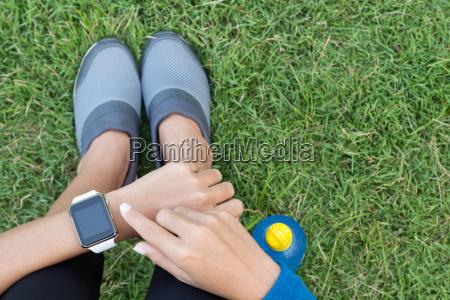 athletische frau smartwatch auf der draufsicht
