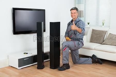 techniker pruefen tv lautsprecher mit multimeter