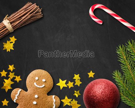 weihnachtskarte mit lebkuchenmann und weihnachtsdekoration