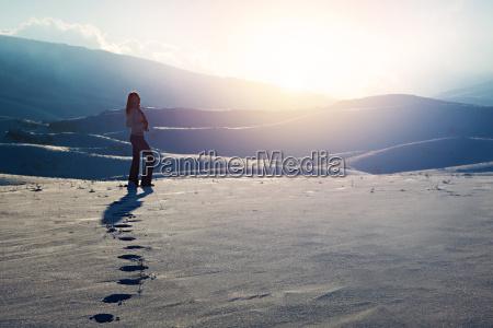 traveler frau in den bergen