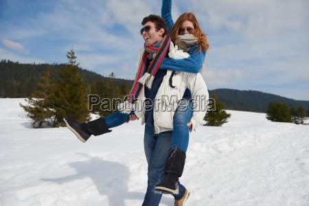 felice giovane coppia divertirsi sullo spettacolo