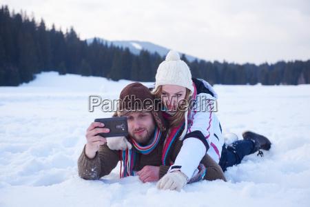 romantisches ehepaar hat spass am neuschnee