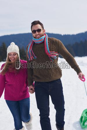 junges ehepaar hat spass an frischer