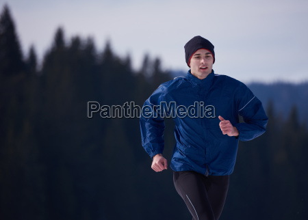 paar joggt draussen auf schnee
