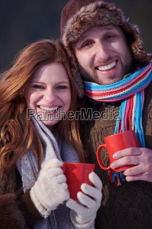 paar trinken warmen tee im winter